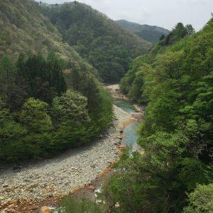 渓谷沿いをドライブ