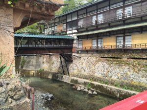 橋の下を流れる水がとてもきれい