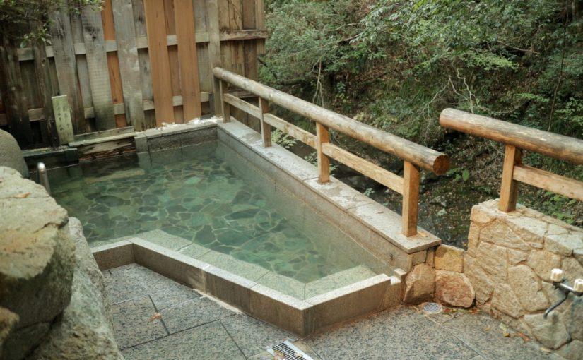 十津川村「温泉地温泉」の公衆浴場「滝の湯」-滝の流れる露天風呂
